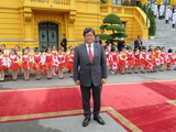 ベトナムの歓迎式典で子供達と