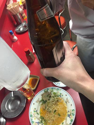 瓶ビールでぶどうを殴る