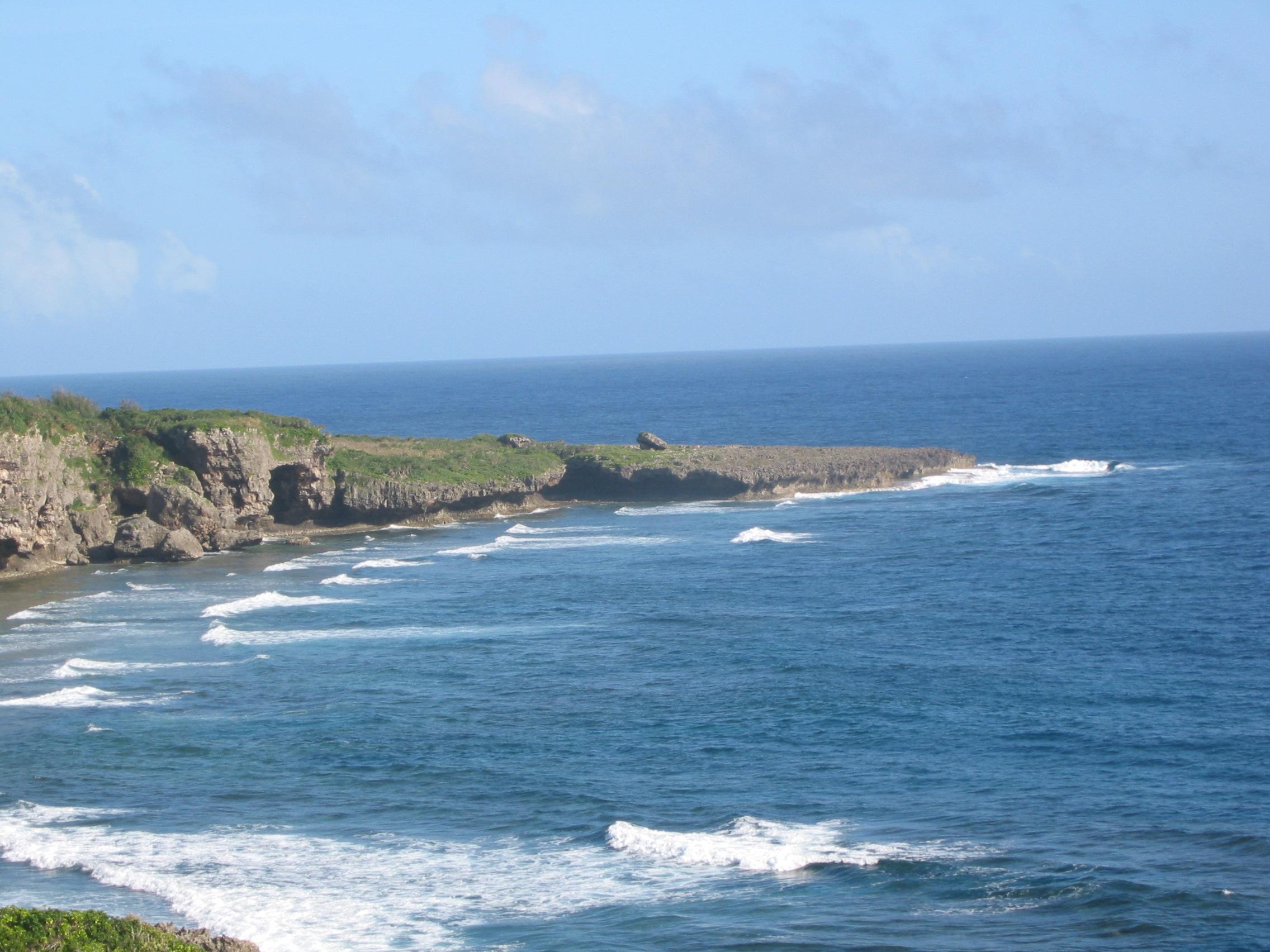 喜屋武岬 大  沖縄本島の南端に位置する岬です。 地球の丸みを感じられる水平線でした。... 沖
