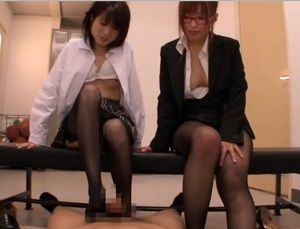 女子校生と女教師のダブル足コキ