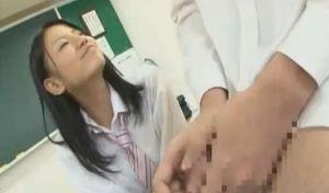 教室でおねだりして初々しく手コキする女子校生