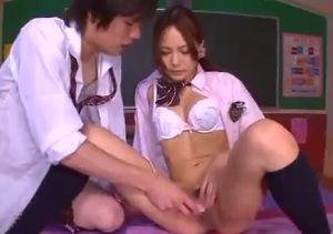 華奢な身体の美少女女子校生を教室でガン突きの生ハメ