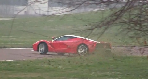 laferrari-spins-out-and-shoots-flames-on-the-track-video-77202_1