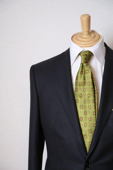 オーダースーツ コンシェルジュ ボットーネです。  ご納品ラッシュが続いております、こちらはいつも懇意にしてくださるT様、 イタリアのしなやかなウールで仕立てた、チャコールグレー・スーツ。うっすらわからない程の織り柄が渋い、王道が故に質の良さで勝負できる1着です。   さて、ボットーネには日々、メンテナンスについての質問も頂戴します。 本日はコートのメンテナンスについてのご質問を頂戴したので、提携させていただいているウォータークリーニング最高峰、ナチュラルクリーンのケアの達人、松村氏に聞いてみました。