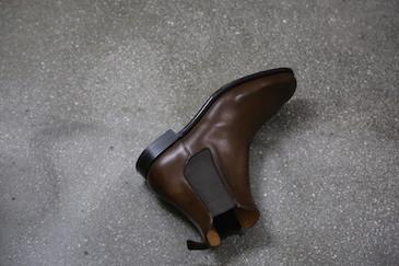 サイド・ゴアブーツという名前は、ご覧のように、サイドにエラスティックという、伸縮性のあるゴム素材を挟み込んで作られたブーツです。基本的には紐がない、ご覧のようなブーツがサイドゴアブーツで、正確にはサイド・エラスティック・ゴアード・ブーツと呼ぶのだとか。