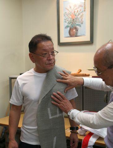 こちら、中田代表。 前回鈴木洋服店の鈴木先生が丸縫いフルオーダーでの1着を制作する模様を一部お届けしておりましたが、 2か月の時を経て、 ついに芯地ができたとのこと。  あと4時間あれば中縫いまでできた、と鈴木先生はおっしゃっていましたが、 ここまでお一人で作りこんでいくとなると、時間がかかるのは当然です。 芯地も、動きを確保しながらも、中田代表のブリティッシュテイストの要望も汲み取ったチョイス。