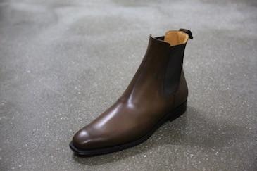 サイドゴア・ブーツ。ブーツといえばチャッカという固定概念なところロックテイストで色気を入れてみるのも悪くありません。サイドゴアブーツは、もともとレディース。