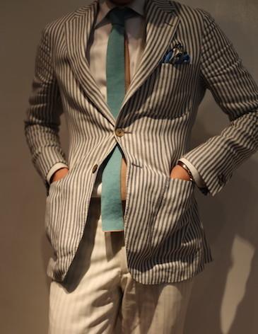 スーツの上着ポケットに手