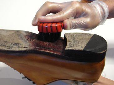 靴磨きの方法
