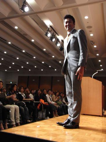 グッチのドアマン、役者、セミナー講師のビジネススーツ