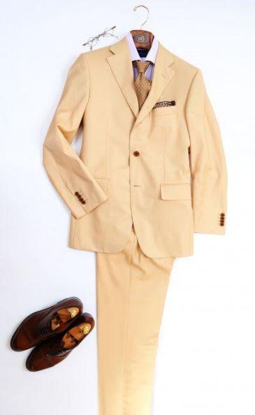 ベージュのスーツ