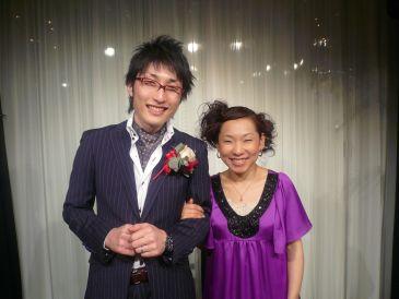 結婚パーティ主役服装は個性的メンズオーダースーツ