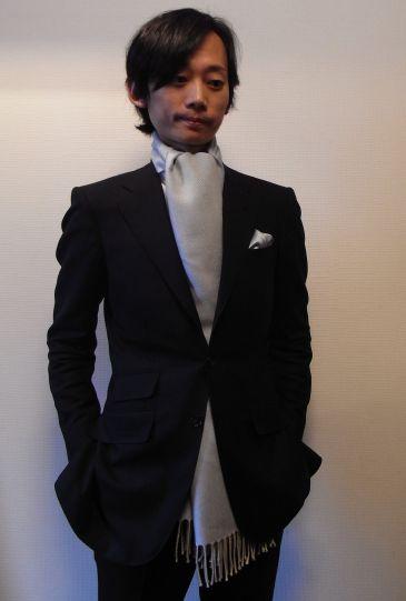 スーツに合うアスコット巻き
