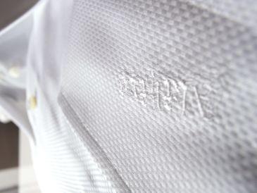 オーダーシャツのカフスに花文字ネーム