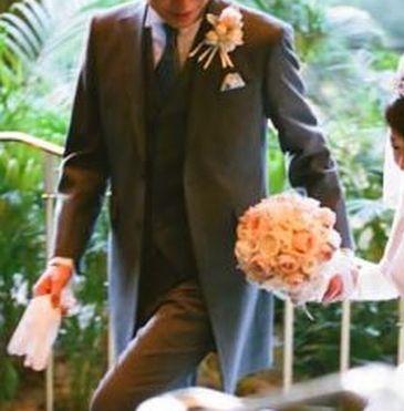 結婚式新郎衣装タキシードの胸のブートニア