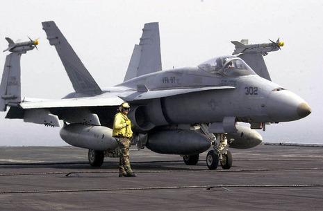 【軍事ニュース 2017.02.11】 米海軍のFA18型機、3分の2飛行出来ず 修理遅れなど