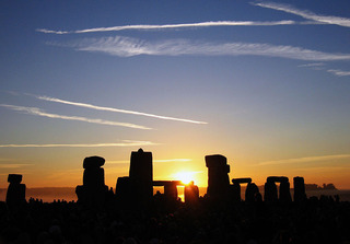 1024px-Summer_Solstice_Sunrise_over_Stonehenge_2005
