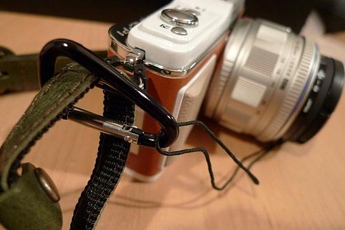 ミニカラビナでレンズキャップの紐を固定