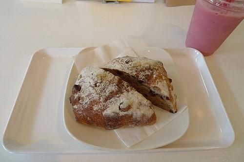 天然酵母のパンと苺のスムージー