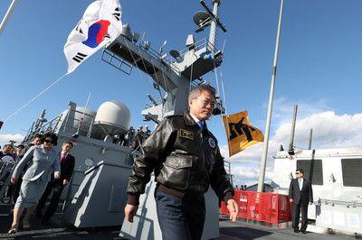 【驚愕】韓国海軍が約20年前に初めて行った観艦式のポスター、モデルになる艦隊も陣形を作る技量もなかったので、海上自衛隊の観艦式の写真をパクって使った