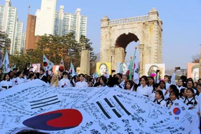 【韓国】迎恩門址、中国からの独立門の前で、100年前に使われた独立宣言書を朗読「大韓民国独立万歳」を斉唱