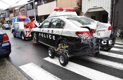 車を複数回ぶつけ、警察官2人を殺害しようとした疑いで逃走中だった韓国籍の男を逮捕