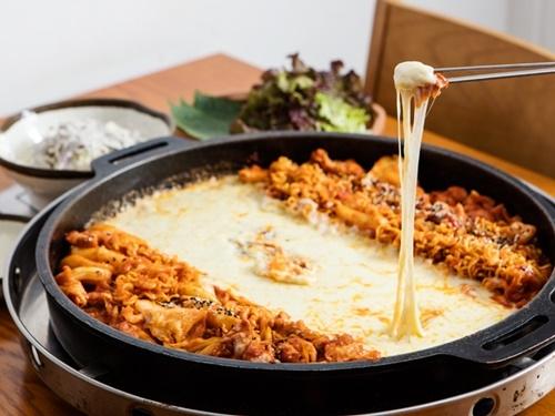 【韓国】チーズダッカルビが日本に奪われる。数年後にはチーズダッカルビが日本発祥の料理になっているかも