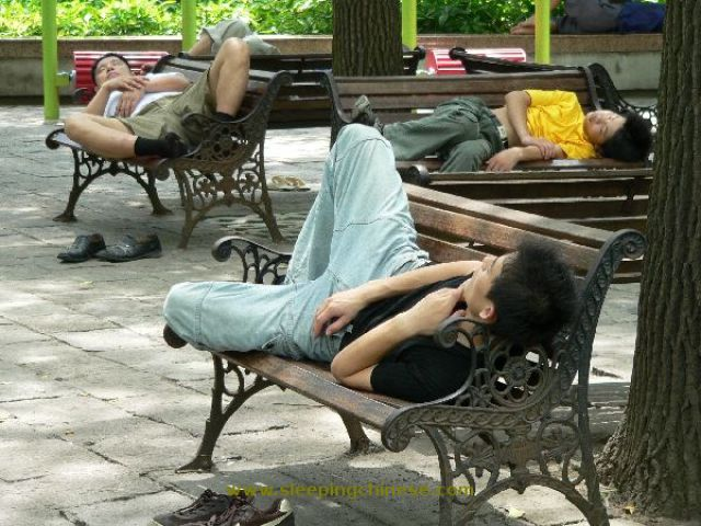 chinese_people_will_sleep_anywhere_640_36