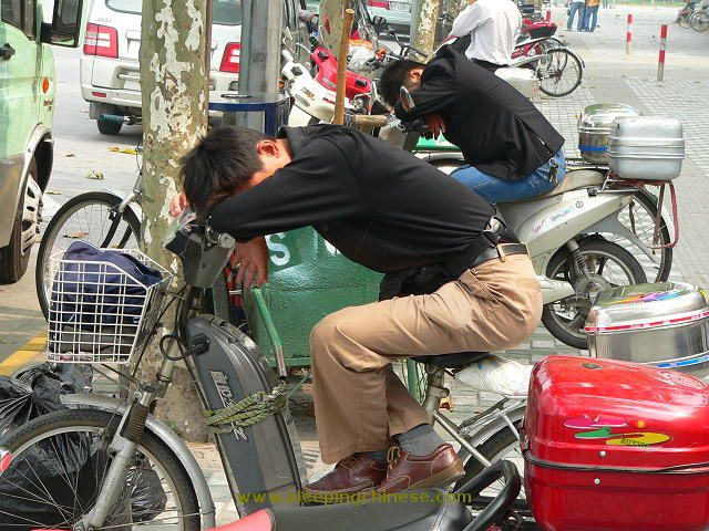 chinese_people_will_sleep_anywhere_640_09