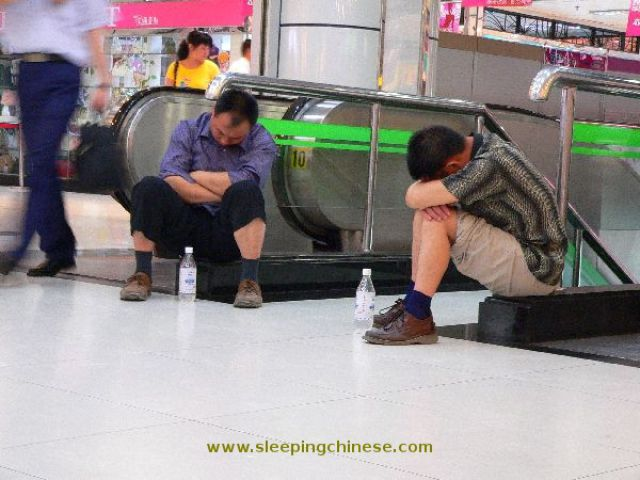 chinese_people_will_sleep_anywhere_640_45