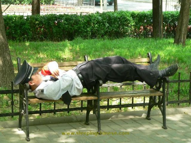 chinese_people_will_sleep_anywhere_640_33