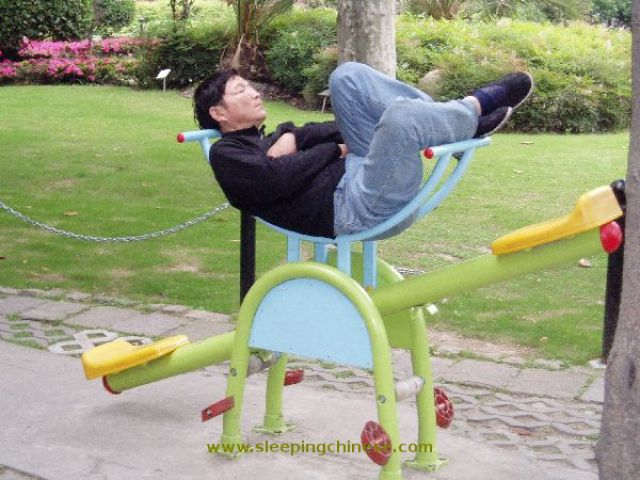 chinese_people_will_sleep_anywhere_640_50