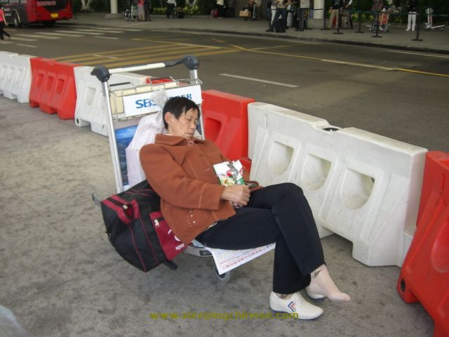 chinese_people_will_sleep_anywhere_640_17