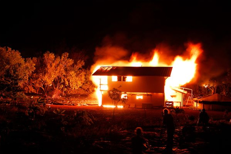 lava-volcano-kilauea-consumes-house-burning_23984_big[1]