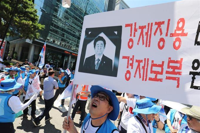 韓国人が日本大使館前でやってる事がマジキチだと話題にwwwwwwwwwwwwwwww