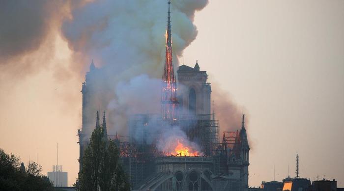 【フランス】パリのノートルダム寺院で大規模な火災…尖塔が崩壊