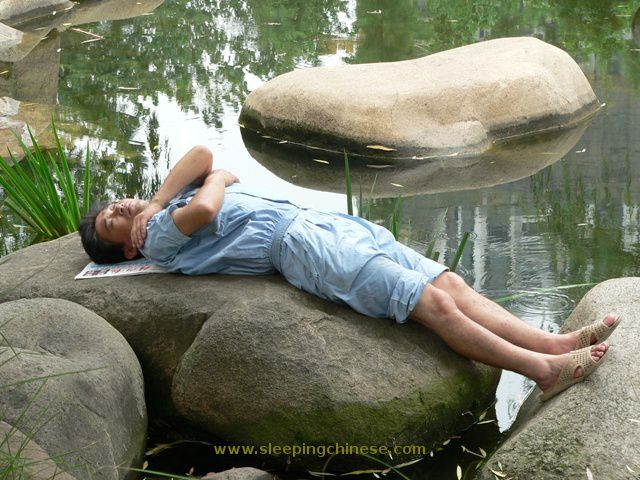 chinese_people_will_sleep_anywhere_640_21