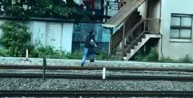 【動画あり】痴漢容疑で新宿駅の線路を走って逃亡する人が現れ山手線・埼京線緊急停止…女性「車内で男からお尻にスマホを押し当てられた」