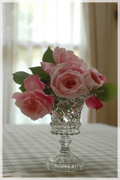 テーブルに庭のバラを飾る2