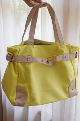 レモンイエローのバッグ