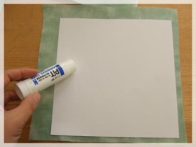 8内底の画用紙に布を貼る