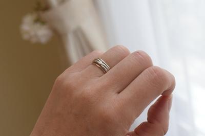 結婚指輪と重ねて