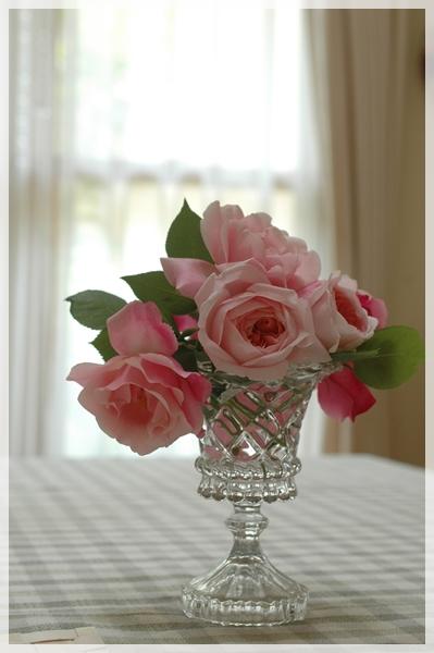 テーブルに庭のバラを飾る3