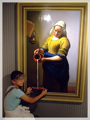 牛乳を注ぐ女