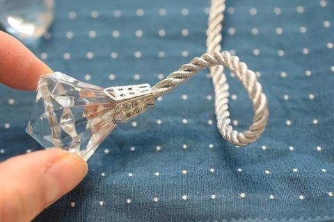 紐をカット