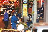 伊藤長崎市長が撃たれた現場付近を調べる捜査員