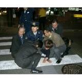 伊藤一長市長を銃撃した男を取り押さえる後援会関係者と警察官