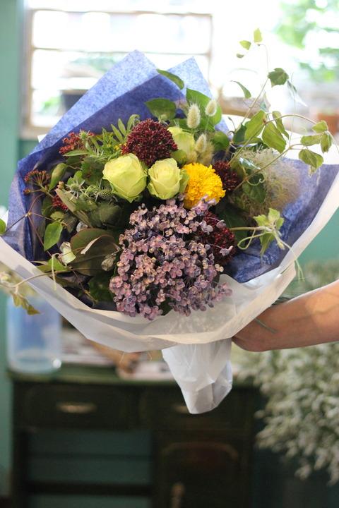 グリーンとナチュラルな花たちの花束