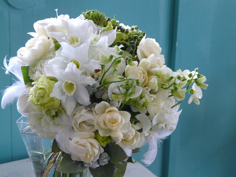 クラッチブーケ「ユーチャリスと白とグリーンの花」