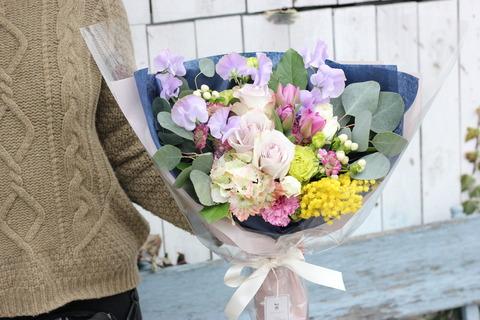 春らしさ漂う、落ち着いた雰囲気の花束*
